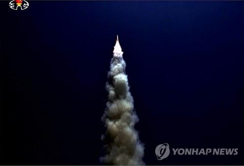 Hình ảnh cho thấy một tên lửa được phóng đi từ tàu ngầm Triều Tiên hồi tháng 8/2016 (Ảnh: Yonhap)