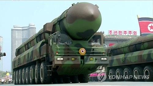 Một loại vũ khí được cho là tên lửa đạn đạo xuyên lục địa mới của Triều Tiên trong lễ duyệt binh tại Bình Nhưỡng hôm nay 15/4 (Ảnh: Yonhap)