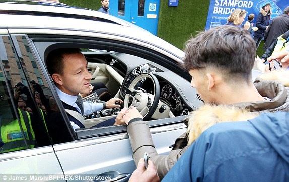 Terry trở lại xem đội bóng cũ thi đấu derby London, anh giờ khoác áo Aston Villa