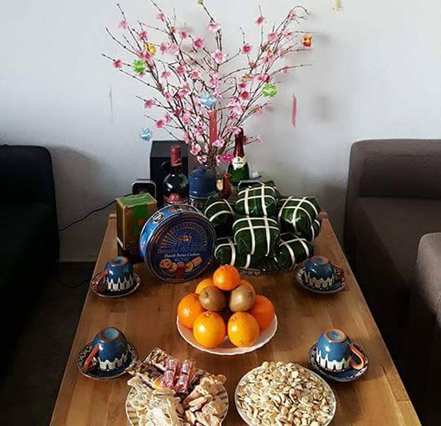 Tết của người Việt Nam xa xứ cũng đầy đủ cành đào đỏ thắm, chiếc bánh chưng xanh, trà, mứt...