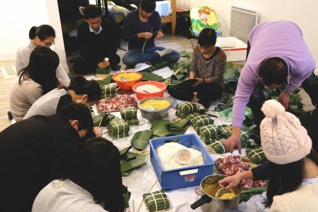 Du học sinh Việt tại Montpellier quây quần gói bánh chưng để nhớ hương vị Tết quê hương.