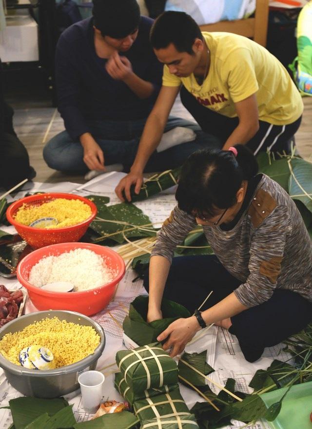 Nguyên liệu gói bánh đều được xách tay từ Việt Nam sang.