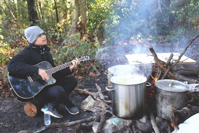 Tiếng ca yêu đời bên bếp lửa chờ bánh chín.