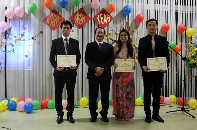 Phó Tổng lãnh sự Nguyễn Văn An trao bằng khen cho VYSA Osaka nhiệm kì 2016.
