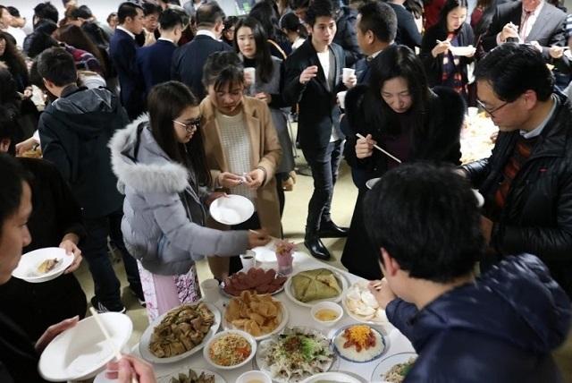Bạn trẻ Việt tụ họp bên mâm cỗ Tết tại Osaka - 5