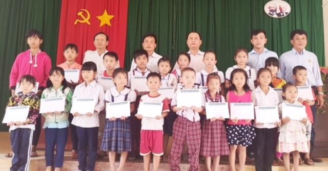 Học sinh Trường Tiểu học An Thạnh 3 (huyện Cù Lao Dung) nhận học bổng Grobest Việt Nam.