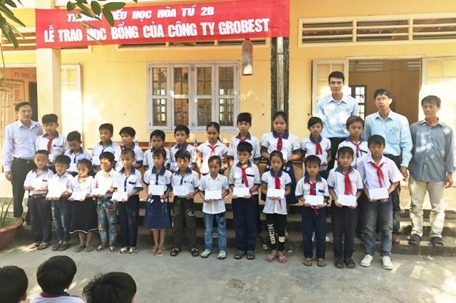 Học sinh Trường Tiểu học Hòa Tú 2B nhận học bổng Grobest.