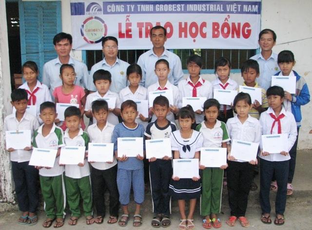 Ông Đinh Xuân Lâm- Trưởng đại diện Công ty Grobest Việt Nam tại khu vực thị xã Vĩnh Châu cùng lãnh đạo trường trao học bổng cho học sinh Trường Tiểu học Lai Hòa 5.