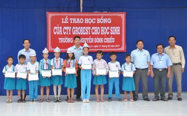Học bổng của Công ty Grobest Việt Nam đến với học sinh nghèo của Trường Tiểu học Nguyễn Đình Chiểu (phường 8, TP Cà Mau).