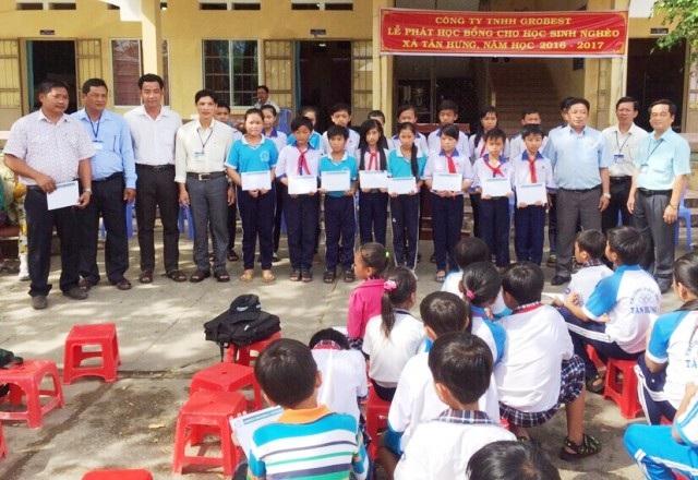 Các em học sinh Trường Tiểu học Tân Hưng 1 và Trường THCS Tân Hưng (huyện Cái Nước) nhận học bổng Grobest.