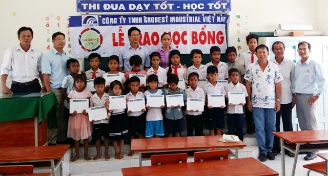 Đại diện Công ty Grobest Việt Nam tại thị xã Vĩnh Châu và báo Dân trí trao học bổng cho học sinh Trường Tiểu học Vĩnh Hải 5.