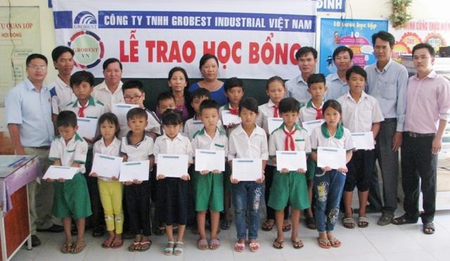 Đại diện Công ty Grobest Việt Nam khu vực thị xã Vĩnh Châu-Sóc Trăng trao học bổng đến học sinh Trường Tiểu học Vĩnh Hiệp 1.