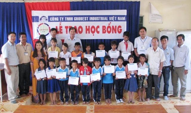 Học sinh Trường Tiểu học Vĩnh Phước 1 (thị xã Vĩnh Châu) nhận học bổng Grobest.