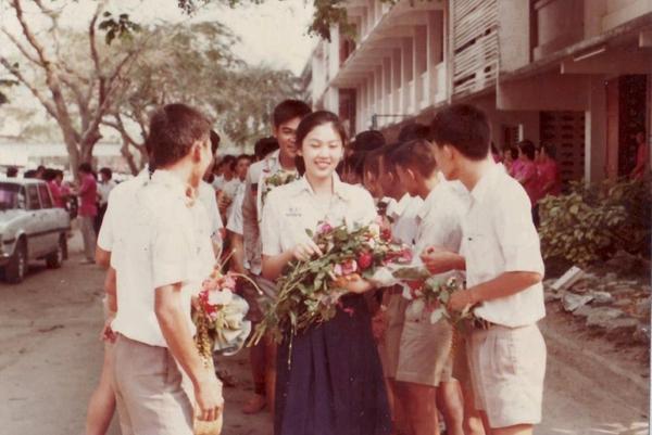 Bà Yingluck Shinawatra sinh ngày 21/6/1967 trong một gia đình giàu có và quyền lực bậc nhất ở Chiang Mai, Thái Lan. Bà là con út trong gia đình có 9 anh chị em, trong đó có cựu Thủ tướng Thái Lan Thaksin Shinawatra. Ngay từ khi còn là học sinh phổ thông, bà Yingluck đã gây chú ý với vẻ đẹp nổi bật. (Nguồn: Amazing Thailand)