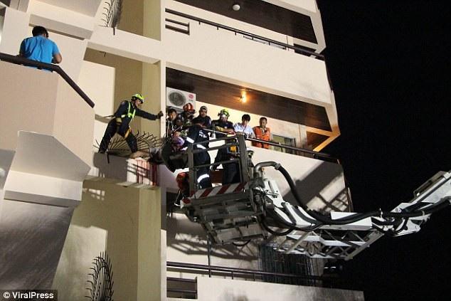 Đội cứu hộ cố gắng giải thoát nạn nhân