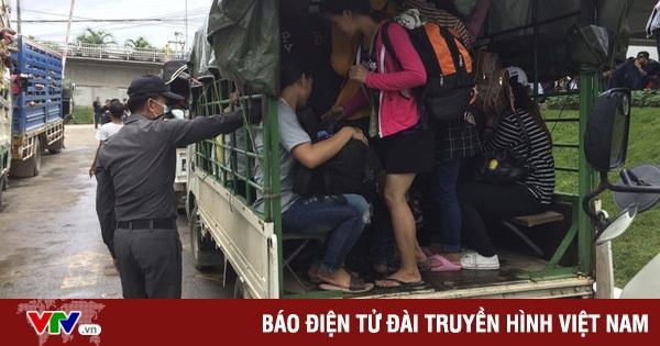 Lao động nhập cư rời Thái Lan, ngày 3/7. (Ảnh: AP)