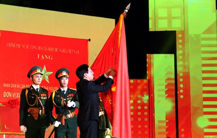 Thừa ủy quyền của Chủ tịch nước, Phó Thủ tướng Chính phủ Phạm Bình Minh gắn Huân chương Lao động hạng Nhất lên Cờ truyền thống của TP Thái Nguyên.