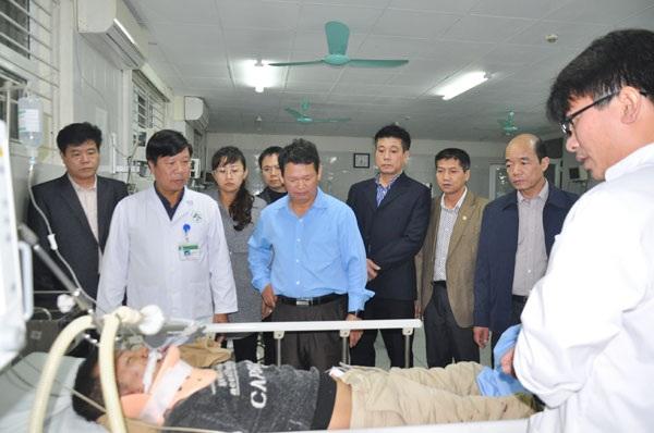 Lãnh đạo tỉnh Lào Cai thăm hỏi các nạn nhân tai nạn giao thông chiều ngày 3/3 đang cấp cứu tại bệnh viện đa khoa tỉnh Lào Cai. (Ảnh: báo Lào Cai)