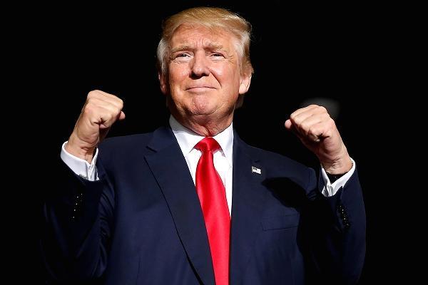 Sau khi giành được 306 phiếu đại cử tri trong cuộc bầu cử tổng thống thứ 58, ứng viên đảng Cộng hòa Donald Trump đánh bại đối thủ Hillary Clinton và chính thức trở thành tổng thống đời thứ 45 của nước Mỹ. Đây tiếp tục là một chiến thắng gây bất ngờ lớn của tỷ phú New York (Ảnh: Getty)