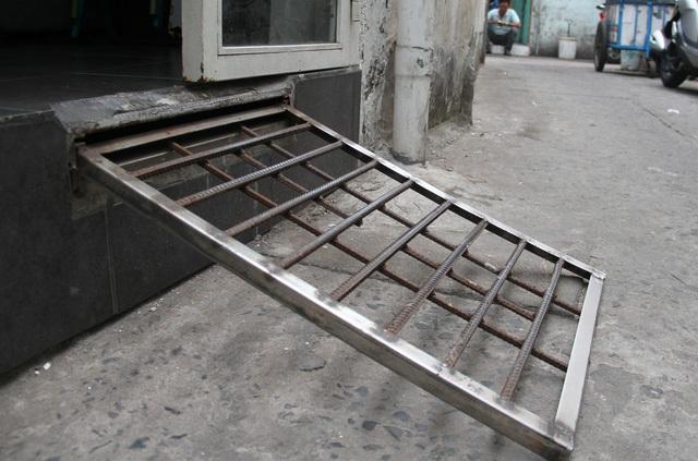 """Sau chủ trương lập lại trật tự an toàn hè phố, nhiều bậc tam cấp trên vỉa hè Sài Gòn bị giải toả, khiến không ít nhà trở nên """"cheo leo"""". Một giải pháp ra vào cho những ngôi nhà này là """"bậc tam cấp"""" thông minh, được đặt âm nền. (Ảnh: Trọng Vũ)"""