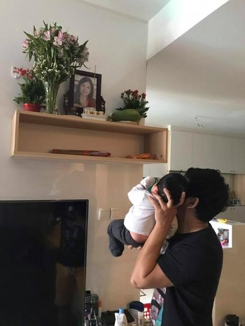 Vợ chồng Ngọc Lan - Thanh Bình sau khi về nước đã chia sẻ hình ảnh rất xúc động, cô ghi lại hình ảnh chồng đưa con đến trước bàn thờ bà nội. Nữ diễn viên viết: Thưa bà nội con mới về.