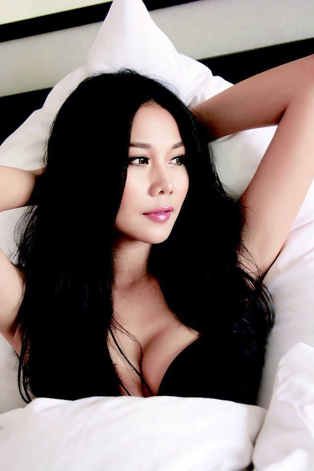 """Thanh Hằng là một nữ người mẫu hàng đầu tại Việt Nam. Siêu mẫu sinh năm 1983, ngấp nghé ở tuổi 35 nhưng cô vẫn sống cuộc sống """"độc thân vui tính"""" và chưa từng công khai bạn trai. Câu chuyện về giới tính của Thanh Hằng đã không ít lần trở thành đề tài bàn tán của dư luận."""