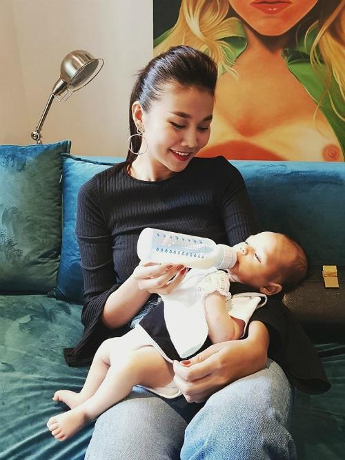 Thanh Hằng tung ảnh đang bế và cho em bé uống sữa. Cô chia sẻ: Trai đẹp nên được ưu tiên nghen con. Tập tành cho quen.