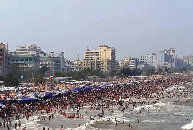 Trên suốt các bãi tắm từ chân đền Độc Cước đến bãi tắm D gần khu vực xã Quảng Cư, người người chen nhau đặc ken trên bãi biển. Có những vị trí, bãi tắm gần như không còn chỗ trống, thậm chí, du khách phải chen nhau tắm biển. (Ảnh: Duy Tuyên)