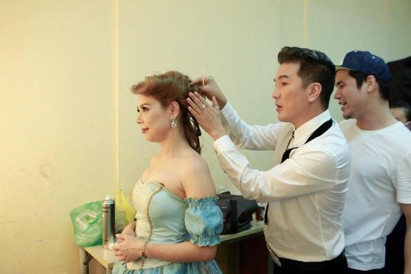 Thanh Thảo được ca sĩ Đàm Vĩnh Hưng đích thân chỉnh sửa tóc cho cô trước khi lên sân khấu.