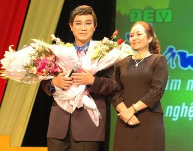 NSƯT Thanh Sang và vợ trong chương trình Làn điệu phương nam vinh danh ông tại Nhà hát Thành phố