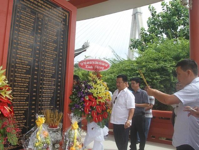 Các kỹ sư đến thắp hương tưởng niệm các nạn nhân tử vong trong vụ sập nhịp dẫn cầu Cần Thơ 10 năm trước