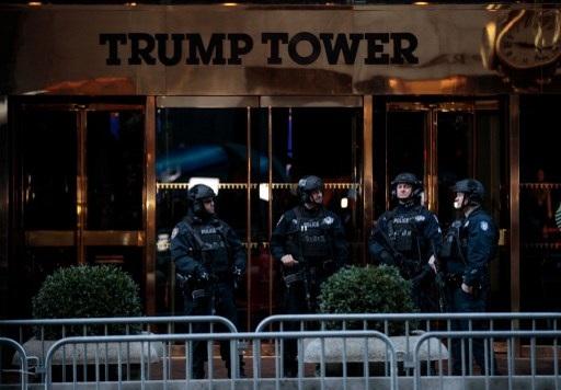 Cảnh sát bảo vệ Tháp Trump ở New York, nơi diễn ra cuộc họp báo của ông Trump (Ảnh: AFP)