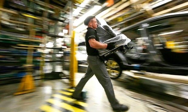 Công nhân làm việc trong nhà máy sản xuất ôtô. (Nguồn: Getty Images)