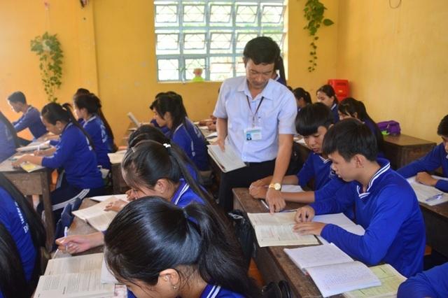 Thầy Cung trong một giờ dạy, chỉ dẫn nhiệt tình học sinh học Văn.