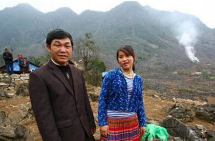 Thầy Nguyễn và em Dí - người đã được thầy giải cứu khi em bị đem bán sang Trung Quốc.