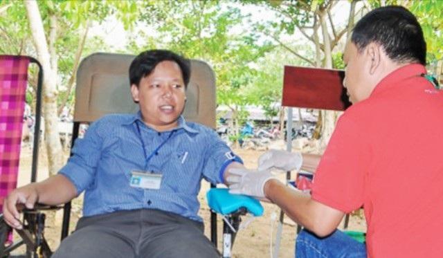 Thầy giáo Lê Hữu Phúc trong một lần hiến máu tình nguyện.