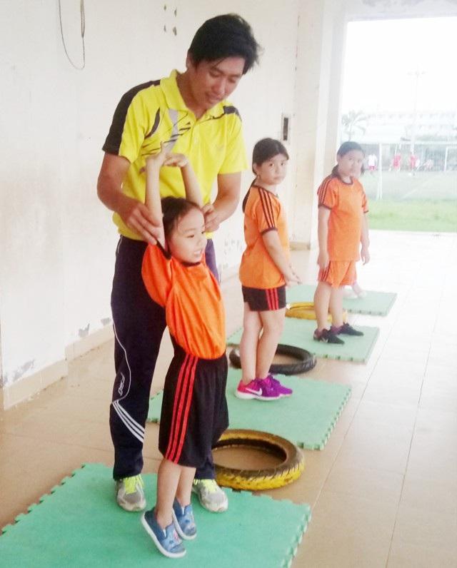 Thầy Hiểu đang hướng dẫn học sinh vận động.
