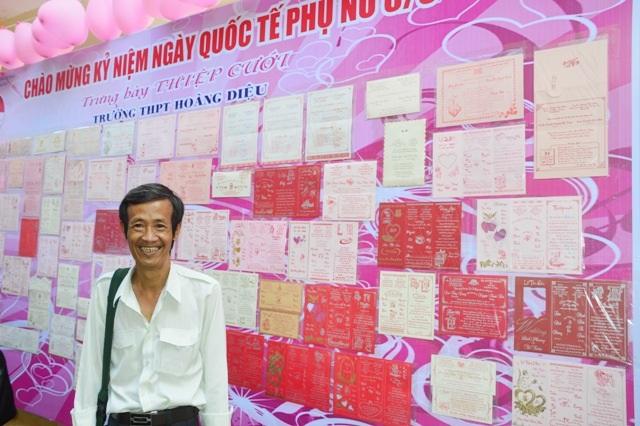 Thầy Liêu Mộc Thông bên bộ sưu tập thiệp cưới của mình.