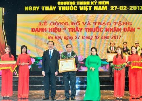 Chủ tịch nước Trần Đại Quang, Bộ trưởng Bộ Y tế trao danh hiệu Thầy thuốc nhân dân cho 134 thầy thuốc tại buổi lễ kỉ niệm 62 năm ngày Thầy thuốc Việt Nam. Ảnh: T.D
