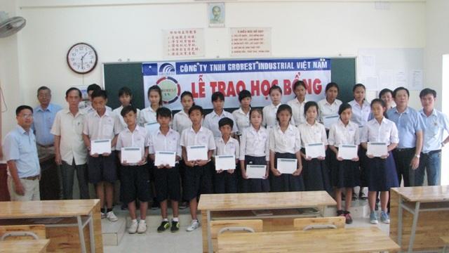 Học sinh Trường PTCS Dân lập Bồi Thanh nhận học bổng Grobest.