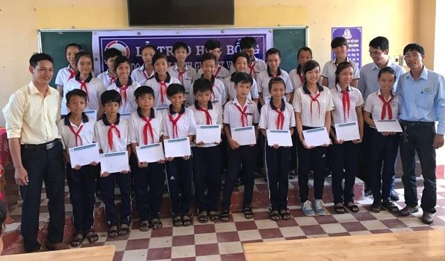 Ông Đặng Quốc Nghi- Trưởng đại diện Công ty Grobest Việt Nam khu vực huyện Mỹ Xuyên-Sóc Trăng cùng lãnh đạo Trường THCS Gia Hòa 1 trao học bổng đến học sinh của trường.