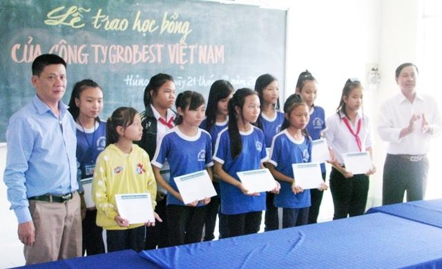 Ông Dương Văn Huy- Trưởng đại diện Công ty Grobest Việt Nam tại khu vực Bạc Liêu 1 và thầy Lê Hồng Thơ- Hiệu trưởng Trường THCS Hưng Hội (xã Hưng Hội, huyện Vĩnh Lợi) trao học bổng cho các em học sinh của trường.