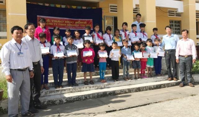 Đại diện Công ty Grobest Việt Nam tại khu vực huyện Mỹ Xuyên (Sóc Trăng) trao học bổng đến học sinh Trường THCS Ngọc Đông.
