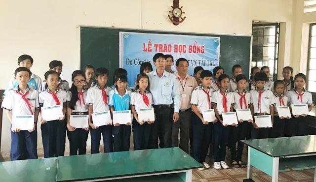 Ông Đặng Quốc Nghi- Trưởng đại diện Công ty Grobest Việt Nam khu vực huyện Mỹ Xuyên-Sóc Trăng cùng lãnh đạo trường trao học bổng cho học sinh Trường THCS Thạnh Phú.