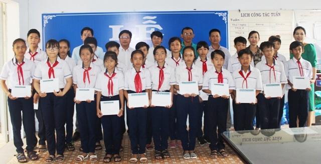 Trao học bổng đến học sinh Trường THCS Trần Huỳnh (TP Bạc Liêu).