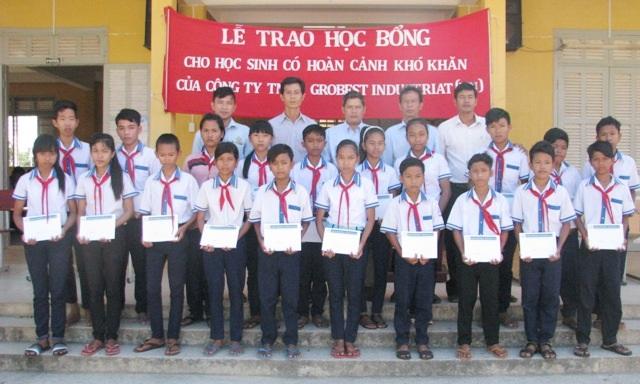 Học sinh Trường THCS Viên Bình (huyện Trần Đề) nhận học bổng Grobest.