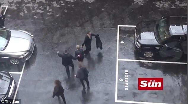 Thủ tướng Anh được hộ tống ra xe riêng trong lúc xảy ra vụ tấn công ở bên ngoài tòa nhà quốc hội hôm 22/3 (Ảnh: Sun)