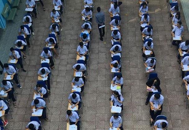 Học sinh Trường THPT Hai Bà Trưng, TPHCM kiểm tra định kỳ môn Văn giữa sân trường