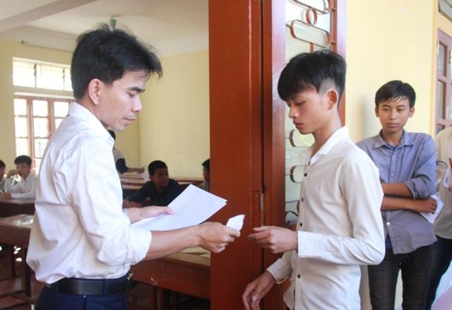 Các thí sinh làm thủ tục vào phòng thi tại hội đồng thi Trường THPT Thanh Chương 1, Nghệ An. (Ảnh: Hoàng Lam)
