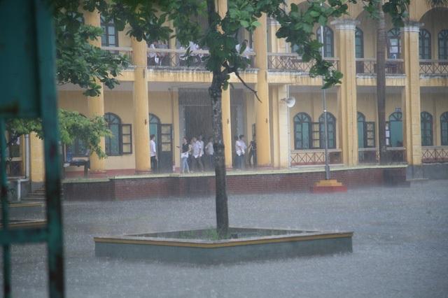 Cơn mưa nặng hạt khiến nhiều thí sinh ở Hà Nam phải nán lại điểm thi. (Ảnh: Đức Văn)